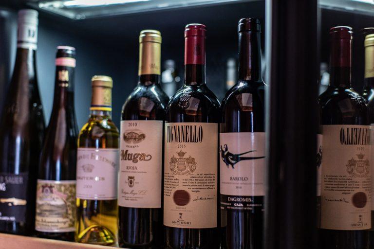 Detail Weinkühlschrank mit erlesenen Weinen