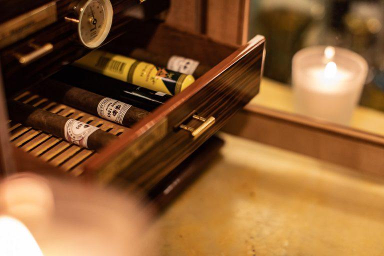 Detail des Zigarrenhumidors mit Therometer