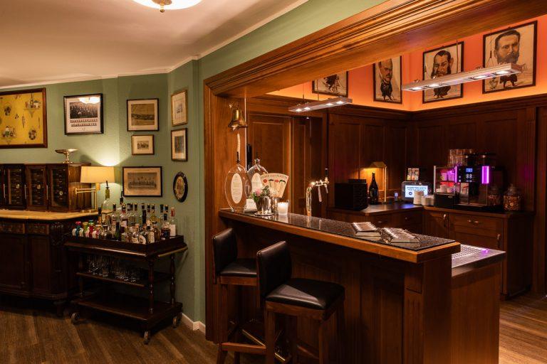 Die gemütliche Bar mit Tresen, Zigarrenhumidor Und Barwagen
