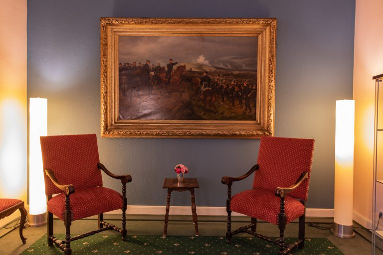 Sitzecke im Bismarckzimmer mit historischem Gemälde