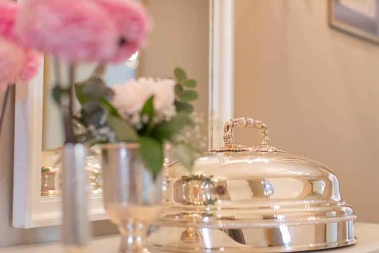 Impression Blumendeko in rose mit altem Silber