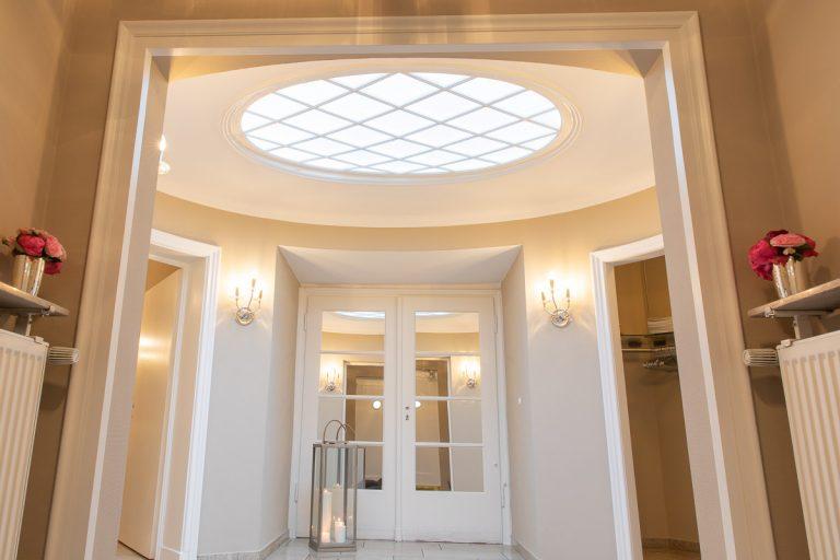 Eingangsbereich mit beigen Wänden und Glaskuppel