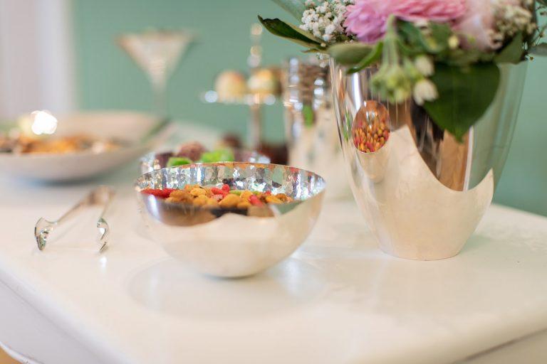 Impression Dessert in verschiedenen Silberschalen