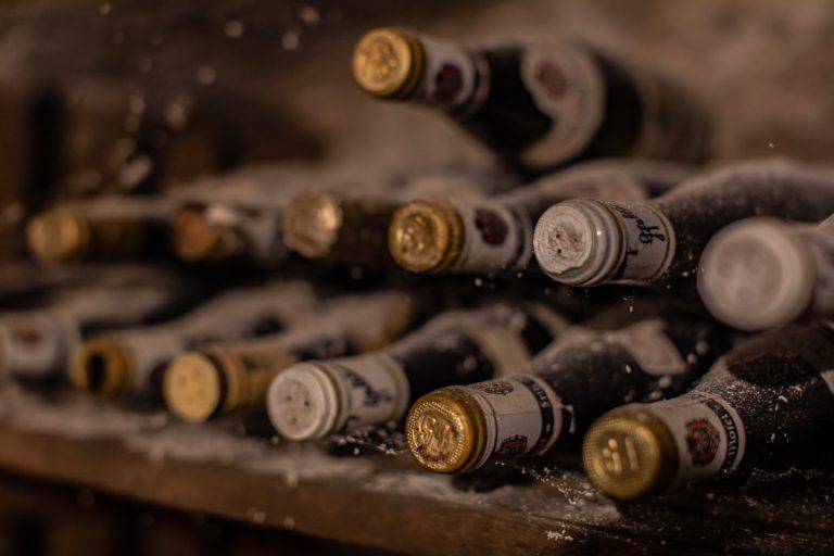 Detail Weinkeller mit eingestaubten Flaschen