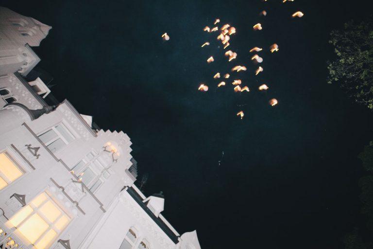 Ballons fliegen in die Nacht