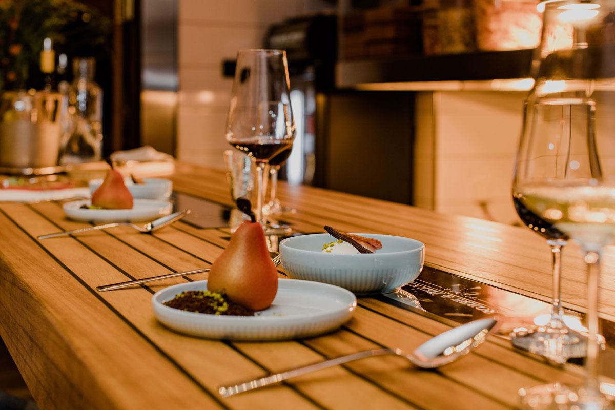 Dessert Mousse in Form einer Birne mit Schokocrumble