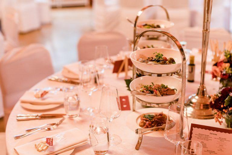 Stilvoll gedeckter Tisch mit silberner Vorspeisenetagere