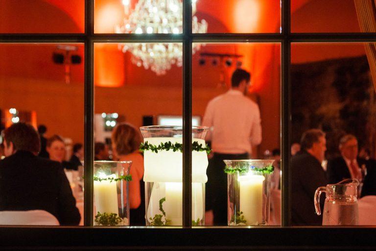 Einblick von Aussen am Abend in den stimmungsvollen großen Saal
