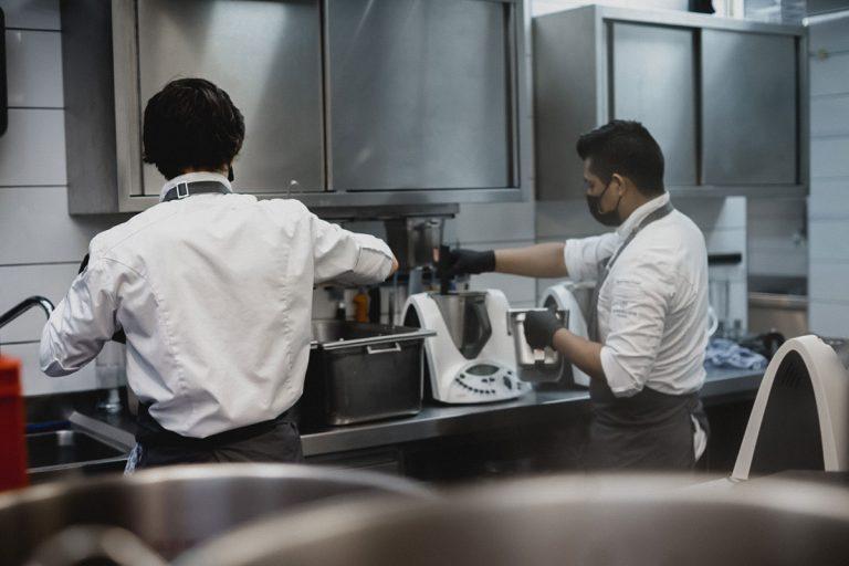 Auszubildende Köche bei der Arbeit mit dem Thermomix