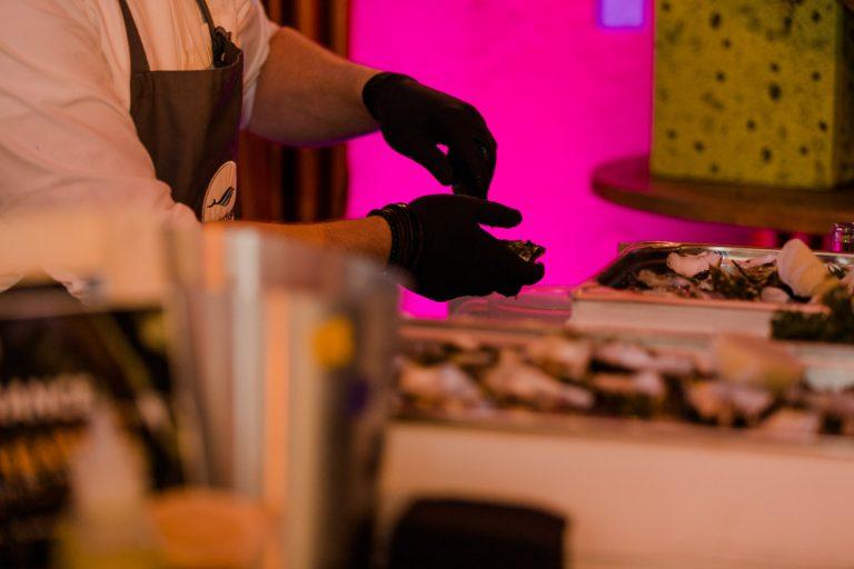 Austernöffnen bei der Küchenparty für die Gäste