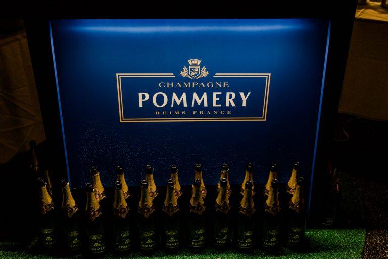 Geleerte Flaschen Champagne Pommery nach dem Empfang bei der Küchenparty