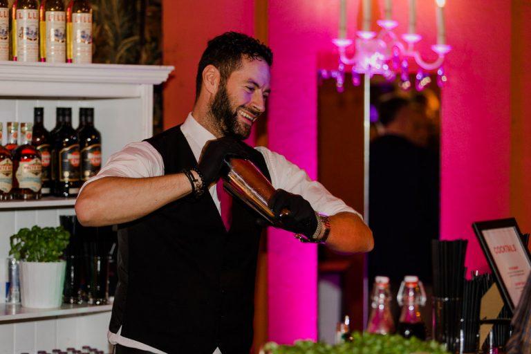 Cocktailzubereitung durch einen Barkeeper bei einer Küchenparty