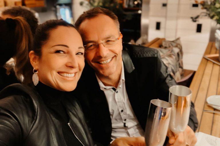 Petra Fiedler mit Ehemann am Chef's Table mit Silberkelchen von Robbe und Berking