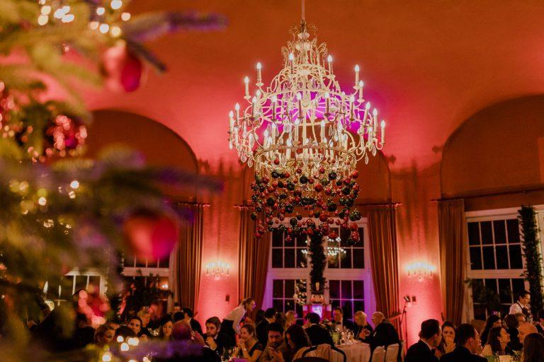 Weihnatliche Dekoration des großen Saals für eine Hochzeit