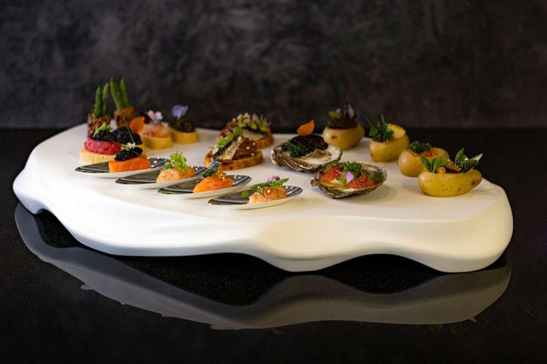 Kavaiarhäppchen als Fingefood auf Heringporzellanplatte Velvet