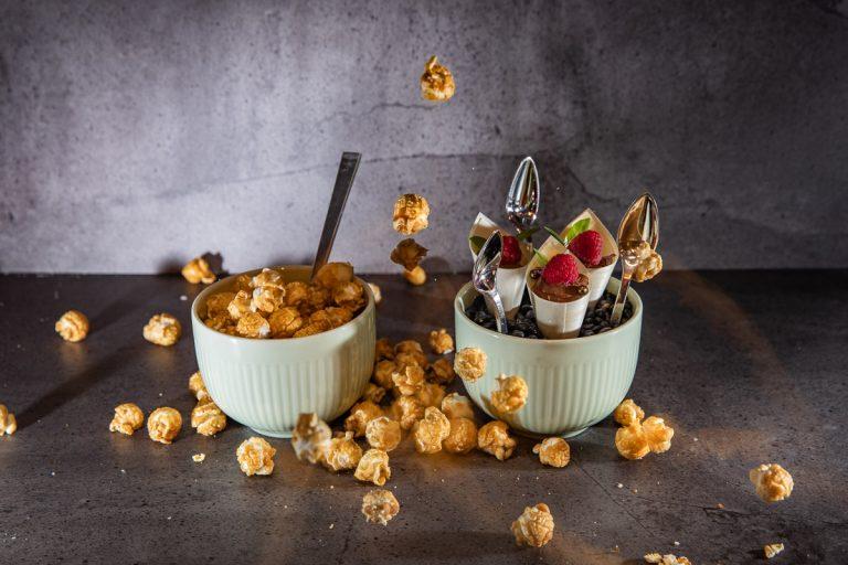 Dessertvariationen mit Popcorn und kleine Tütchen mit Schokomousse und Himbeeren
