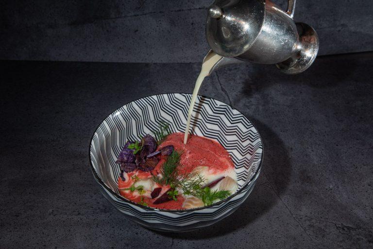 Vorspeise Rotebeetesuppe mit Aal und angegossener Beurre blanc