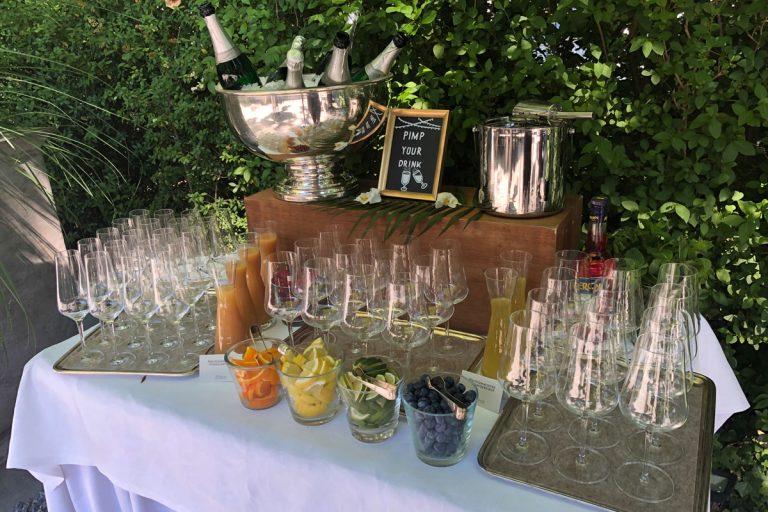 Das Bild zeigt Getränkebuffet im Garten mit silbernen Kühlern