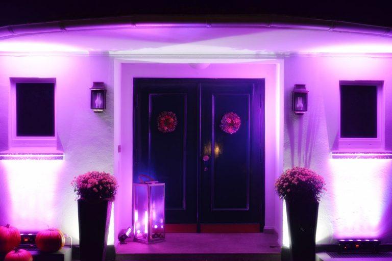 Bild zeigt den Eingang der Location bei Nacht mit pinker Beleuchtung