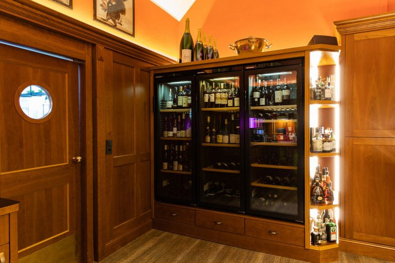Das Bild zeigt der Weinkühlschrank in der Bar