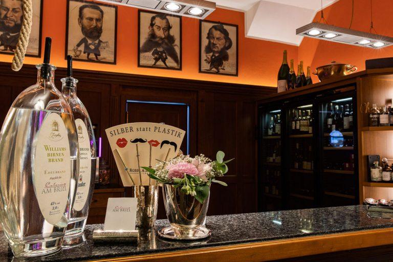 Das Bild zeigt die Bar aus Sicht des Thresen