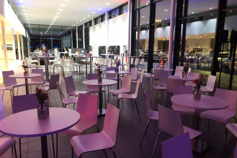 Firmencatering mit runden Tischen in einem Foyer