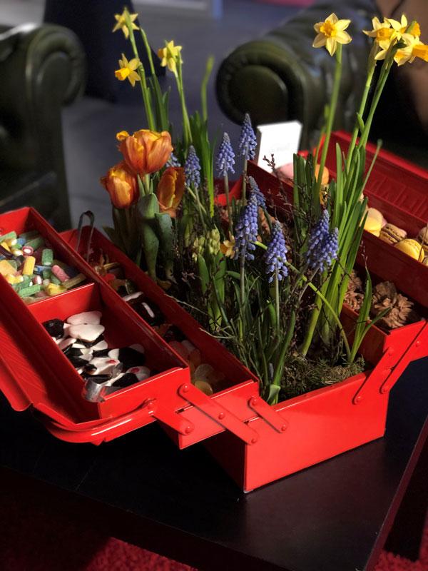 Süßigkeitenbuffet in einem Werzeugkasten mit Blumendeko in der Mitte