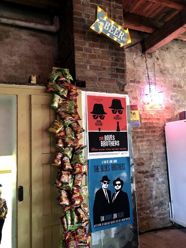 Dekoration mit Chipstüten und Blues Brothers Plakaten