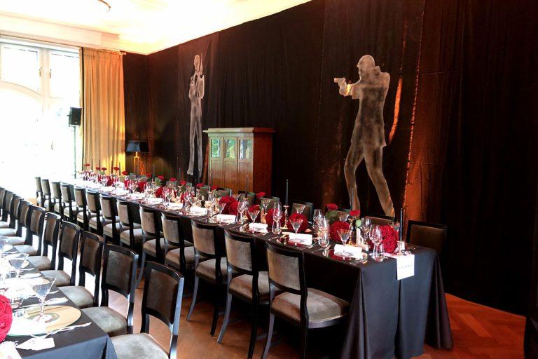 Bild zeigt lange Tafeln zu einem Motto Catering James Bond