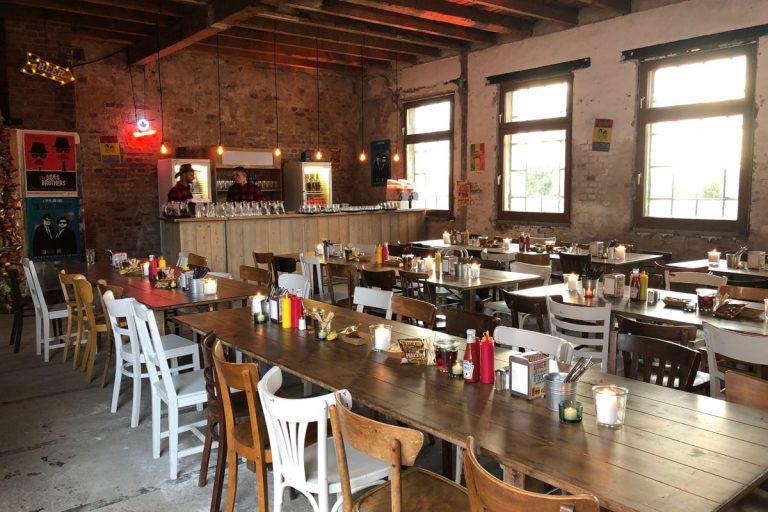 BBQ Catering mit rustikalen Tischen