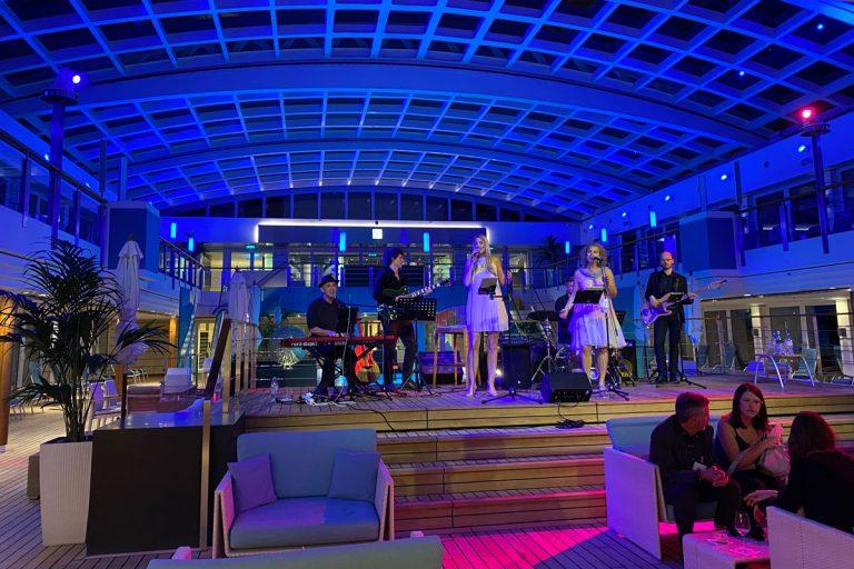 Bild zeigt Musikabend bei Nacht auf der Europa 2