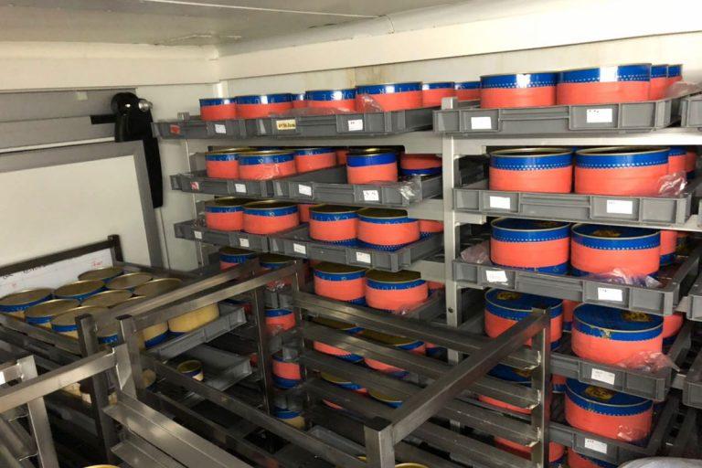 Bild zeigt den Kühlraum von Caviar House und Prunier mit großen Caviardosen