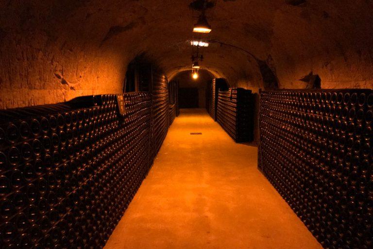 Bild zeigt den Gewölbekeller bei Champagne Pommery mit rotem Licht