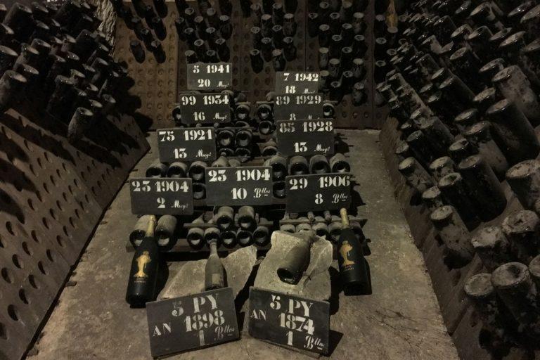Bild zeigt alte Champagnerflaschen bei Champagne Pommery