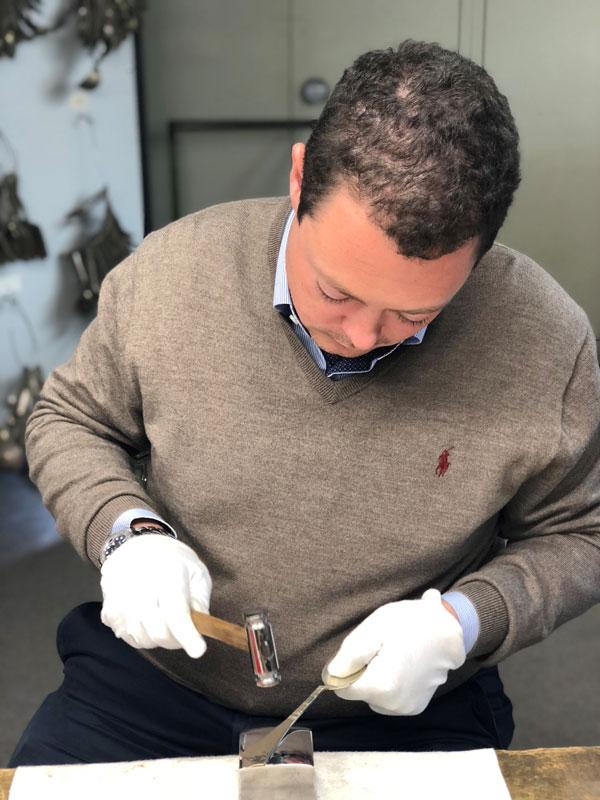 Bild zeigt Tobias Pawellek bei der Bearbeitung von Silberbesteck