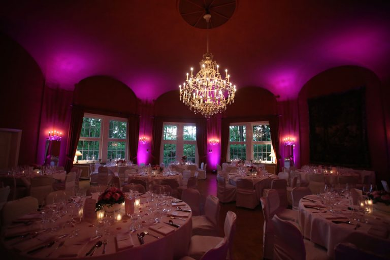 Der große Saal in dramatischem Pink erleuchtet