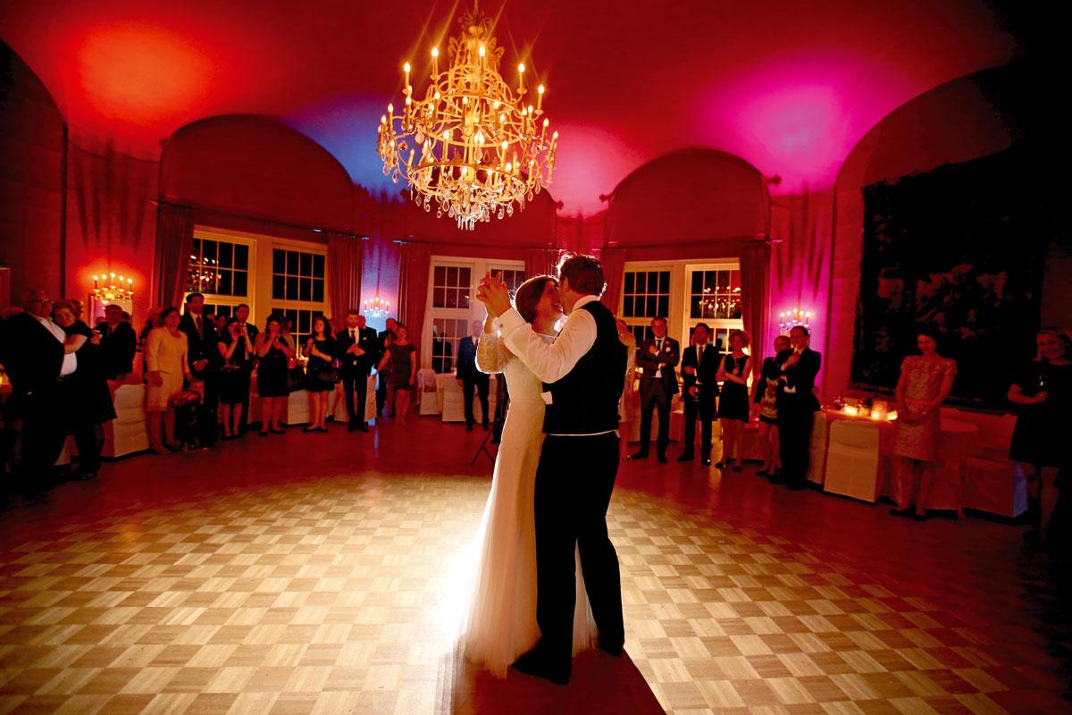 Hochzeitstanz im großen Saal unter dem Kronleuchter auf Parkett