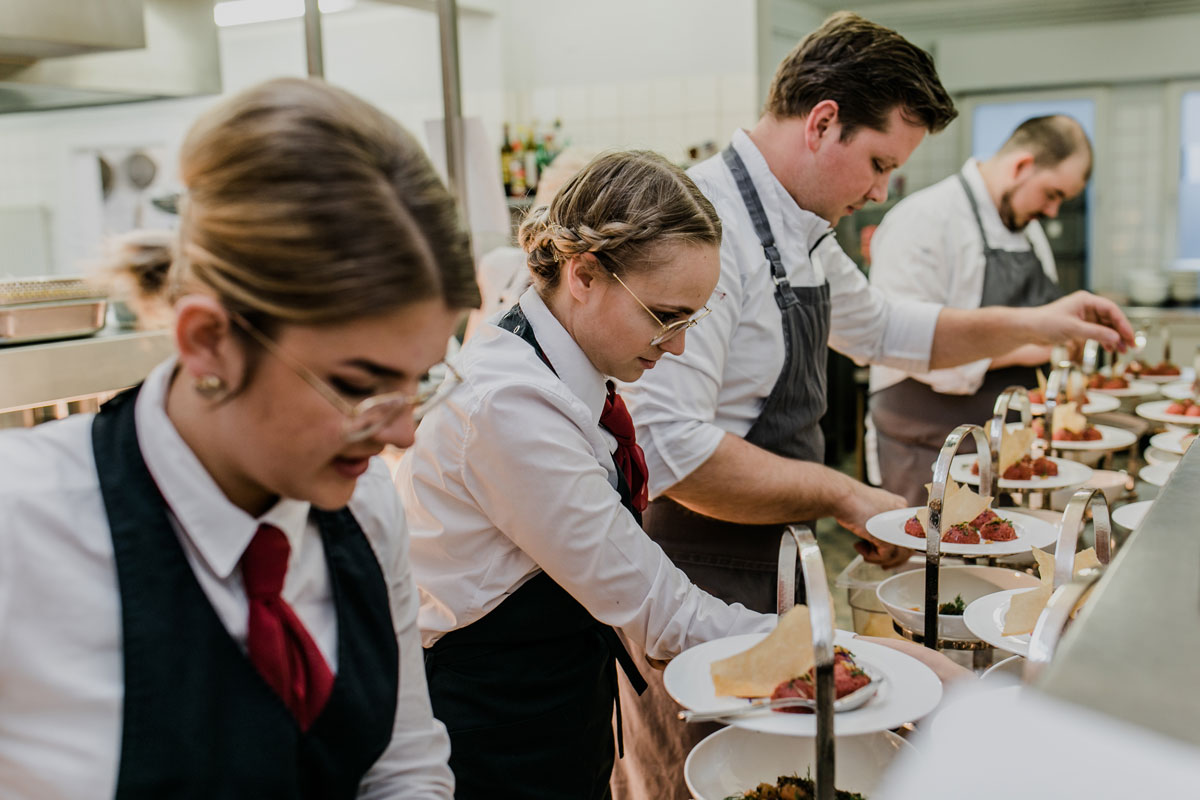 Anrichten der Vorspeisenetageren in der Küche