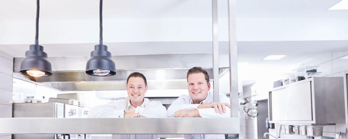 Tobias Pawellek und Fabian Timmer in der Küche porträtiert von Claudia Kempf
