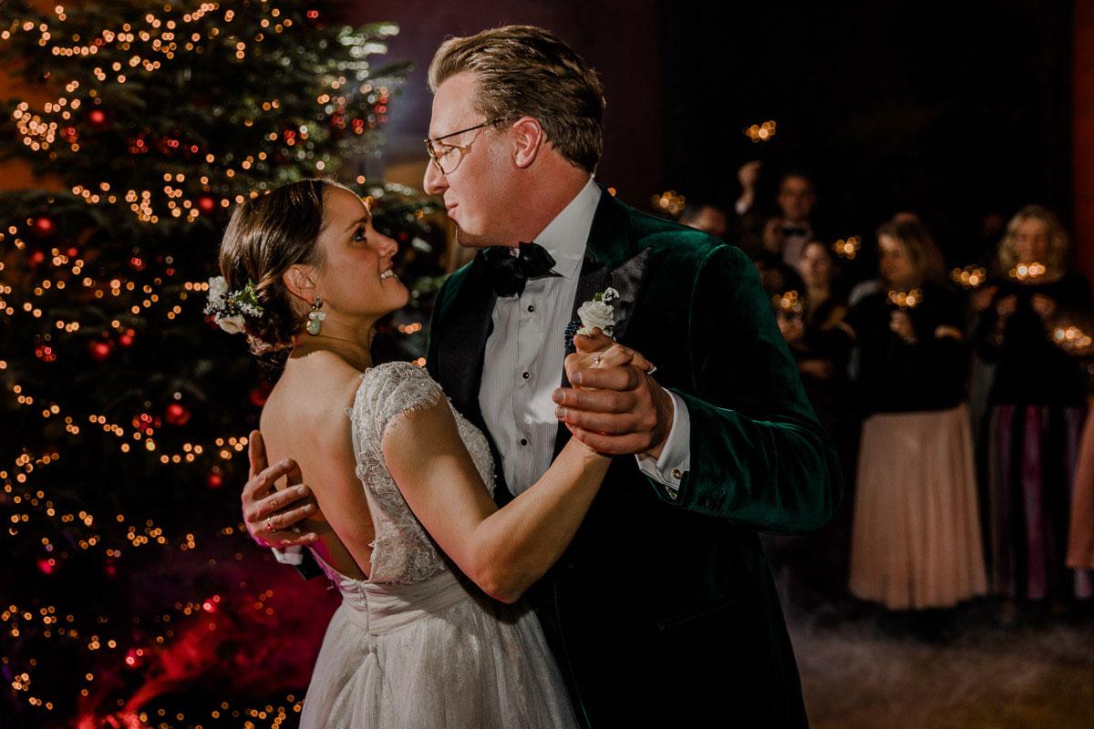 Weihnachtliche Hochzeit Hochzeitstanz voe Weihnachtsbaum