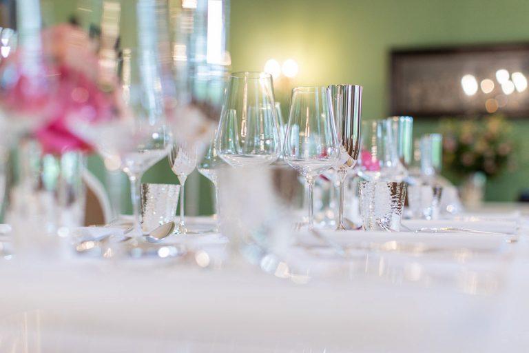 Bild zeigt stimmungsvoll gedeckte Tische in der Veranda