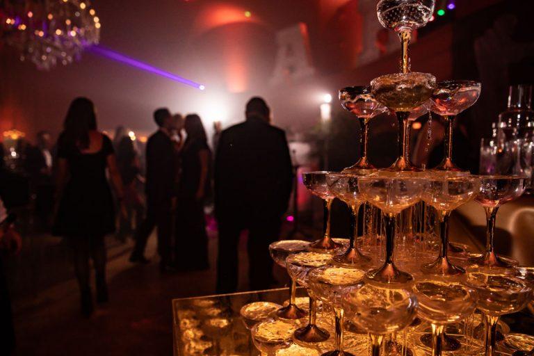 Champagneretagere mit Gläsern am Abend