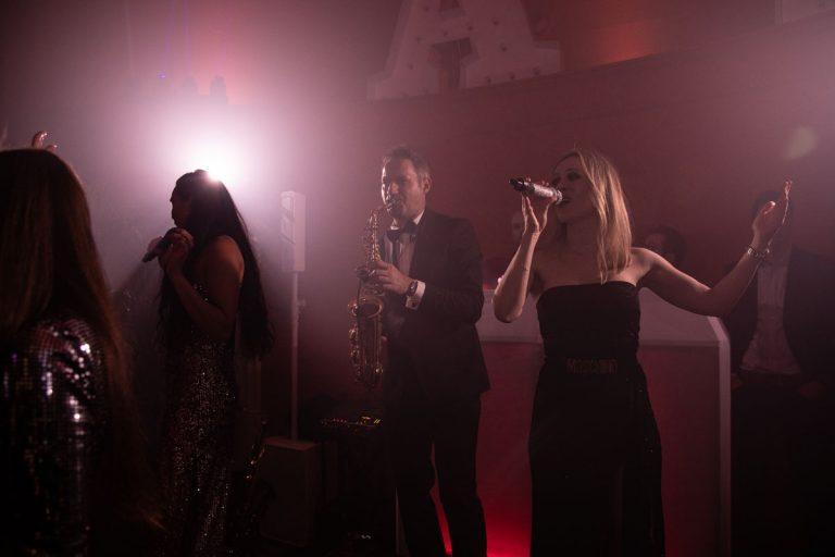 Sängerinnen und Saxophonspieler bei einer Geburtstagsfeier