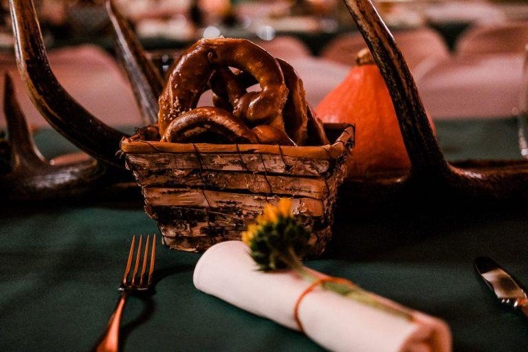 Detail mit Körbchen mit Brezeln beim Oktoberfest