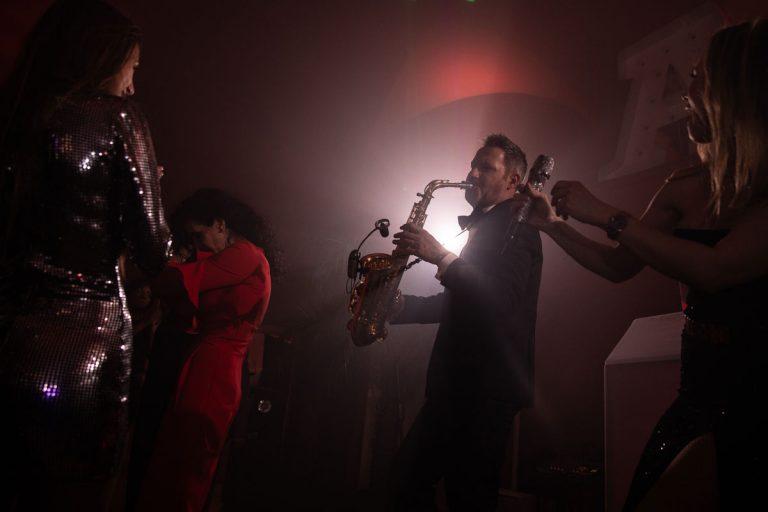 Livemusik mit Saxophonspieler im Nebel