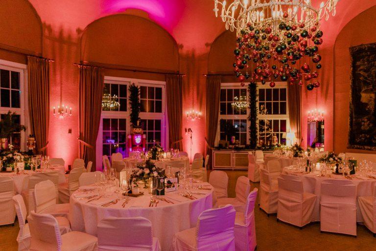 Der große Saal mit weihnachtlicher Dekoration und pinkem Licht