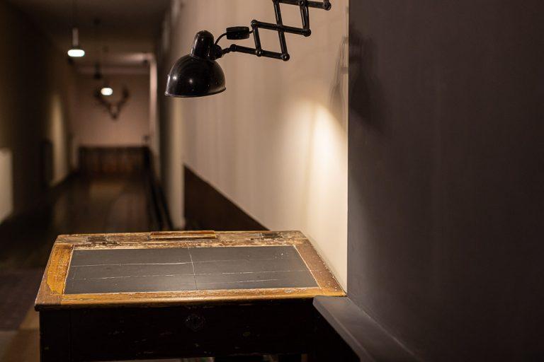 Das Pult der historischen Kegelbahn mit Orginallampe in schwarz